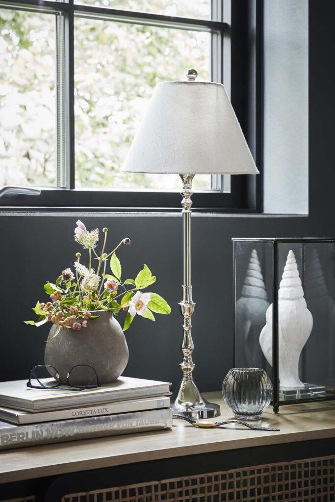 Namų dekoras ir interjeras - pastatoma lempa, gėlių vazonai, žvakidės