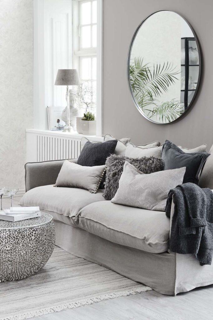 Namų dekoras - veidrodis, taurės, pastatoma lempa, gėlių vazonai